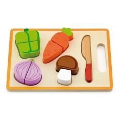 Medinės pjaustomos daržovės ant lentelės