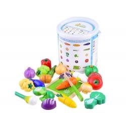 Žaislinės pjaustomos daržovės kibirėlyje su lentele